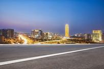 前景为沥青道路的郑州千玺大厦