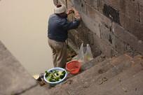 洗菜的老人