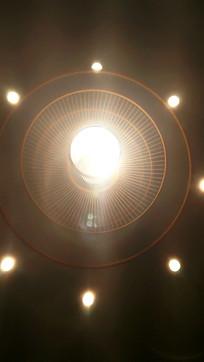 屋顶灯罩里的灯光