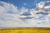 白云蓝天下的达里湖