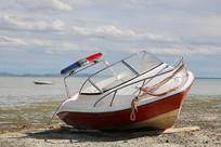 达里湖岸搁浅的快艇
