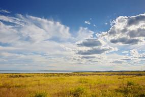 正午阳光蓝天白云达里湖草原