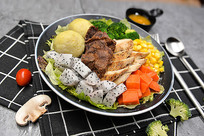 鸡肉牛肉蔬菜水果沙拉