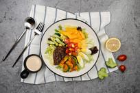 卤牛肉蔬菜水果沙拉