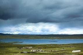 青藏高原牧民湖泊