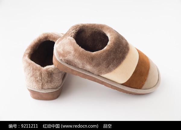 一双棉绒保暖鞋图片