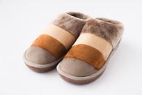 一双绒毛保暖鞋