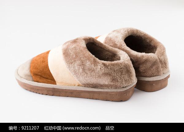 一双棕色保暖鞋图片