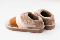 一双棕色保暖鞋