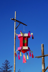 林区特色的灯笼杆和手工纸灯笼