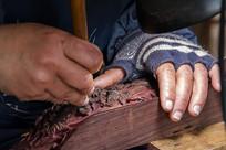 木工匠雕刻特写