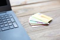 银行卡与笔记计算机