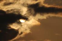 太阳躲在云彩里