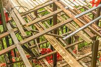 搭建中的木质平台