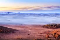 草原秋色清晨晨雾
