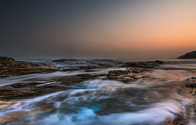 傍晚的海岸礁石