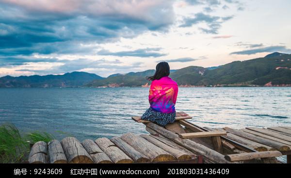 泸沽湖边的少女图片