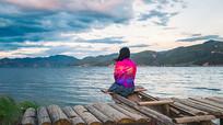 泸沽湖边的少女