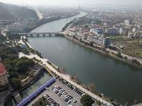 高空下的河流景观