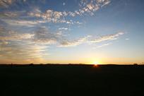 草原暮色日落与地平线