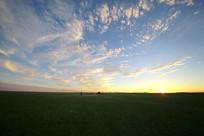 广阔草原地平线上日落