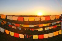 日出红太阳照耀草原经幡