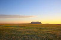 洒满阳光的达里湖草原火山