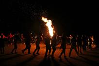 围绕篝火跳舞