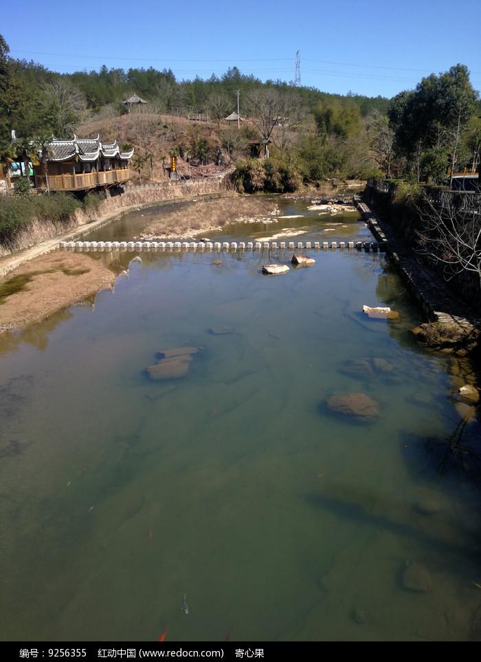 蓝天下的乡村风景图片