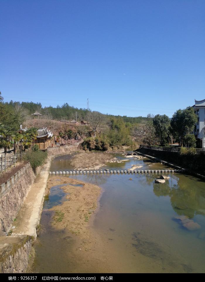 蓝天下的乡间小溪图片