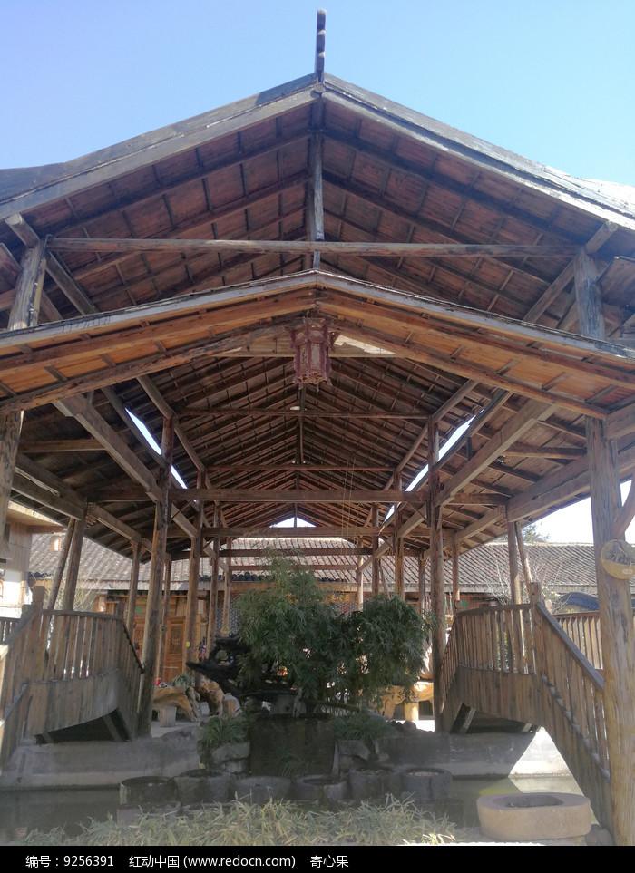 木质结构的顶梁建筑