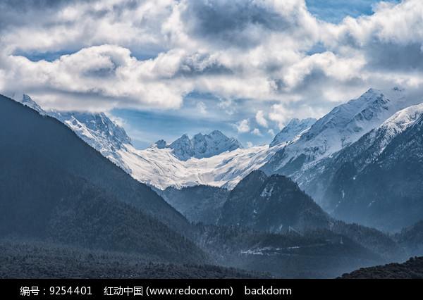 雅江周围的雪山
