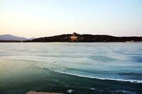 冰封的昆明湖面与万寿山