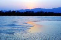 落日余晖下的昆明湖冰面