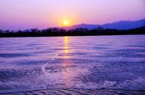 阳光下的昆明湖冰面