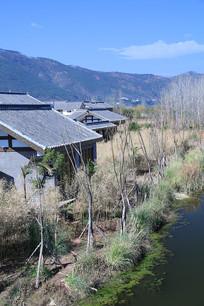 池塘边的仿古建筑