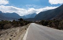 雅鲁藏布江大峡谷公路风光