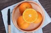 盘子上的切开橙子
