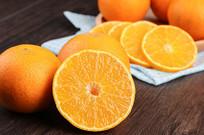 切成多半一片片的橙子清晰果肉