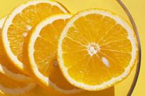 切成一片一片的橙子在盘子里