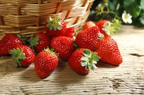 诱人熟透的多汁的草莓