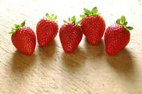 桌上排列整齐的草莓
