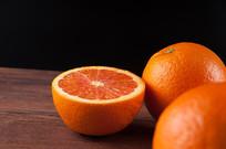 桌子上的橙子