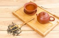茶与茶具在木桌上