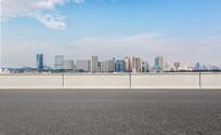 沥青道路前景和高楼大厦