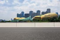 沥青道路前景和河南艺术中心