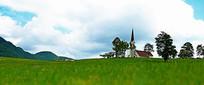 蓝天下草地中的北欧风情大教堂