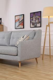 美丽的亚麻长沙发和台灯