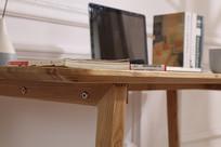 美丽的原木电脑桌细节