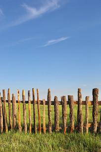 草原背景的木栅栏